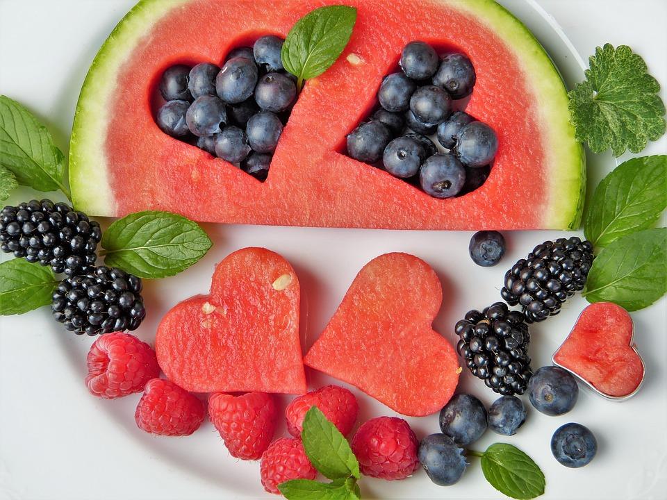 Fruchtteller mit Melone und verschiedenen Beeren