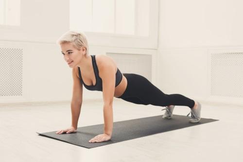 fitness-blonde-frau-plank-training-online